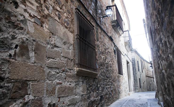 Lápidas romanas y rimas de amor en la Ciudad Monumental de Cáceres