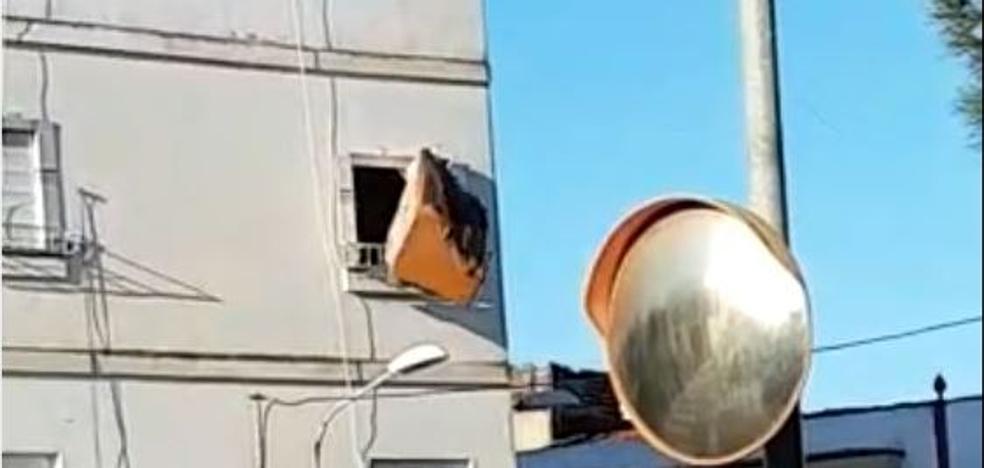 Denunciadas dos personas en Almendralejo por tirar un sofá desde un segundo piso