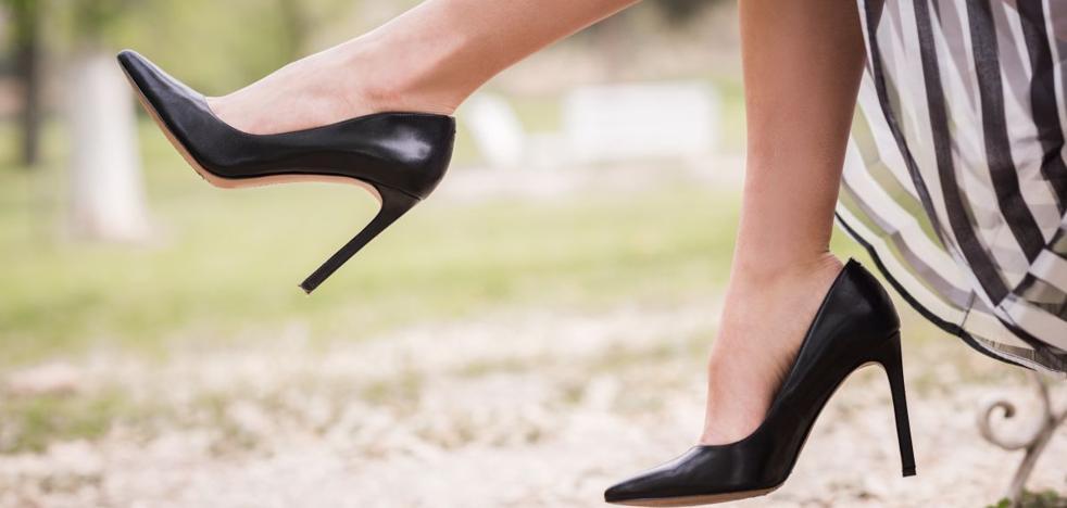 Usar zapatos de tacón antes de los 16 años conlleva riesgos