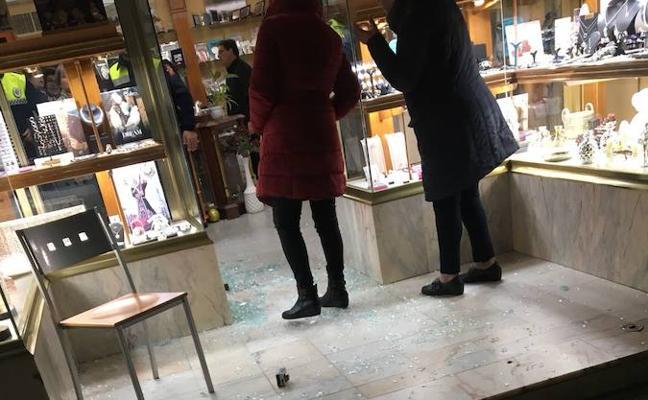 Tres encapuchados disparan al aire en un atraco a una joyería de Olivenza