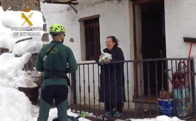 La Guardia Civil esquía cinco kilómetros para llevar medicinas a una vecina en Asturias