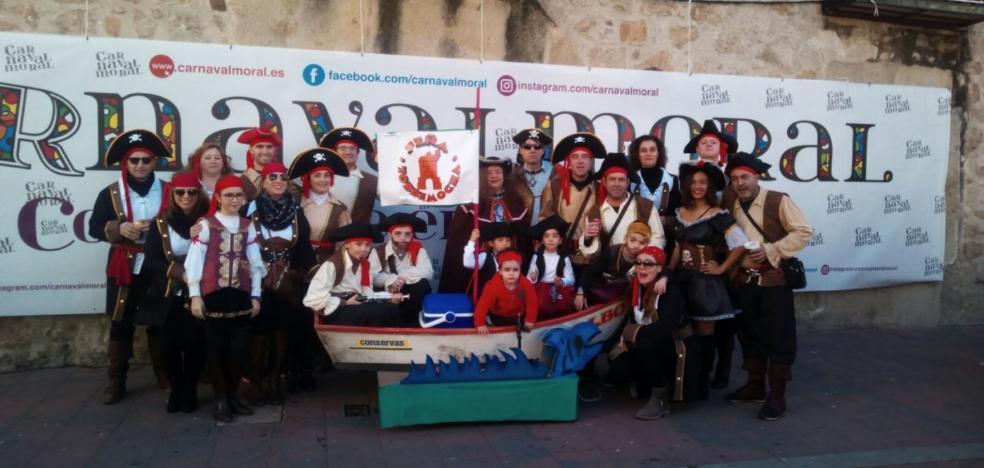 Miles de vecinos y visitantes toman las calles del Carnavalmoral disfrazados