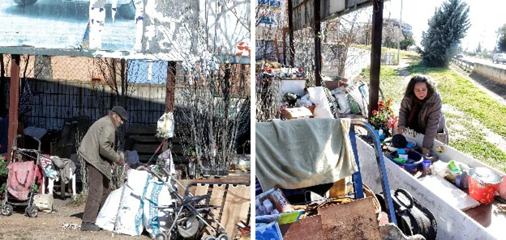 La pareja que vive a la intemperie en la variante de Cáceres pide ayuda por el frío