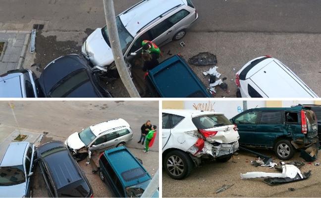 Un turismo se empotra contra varios vehículos estacionados en Ciudad Jardín en Badajoz