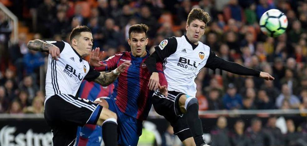 El Valencia resuelve al final un derbi muy polémico