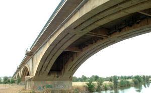 Dos policías nacionales evitan que una joven se arroje desde el Puente Nuevo de Mérida