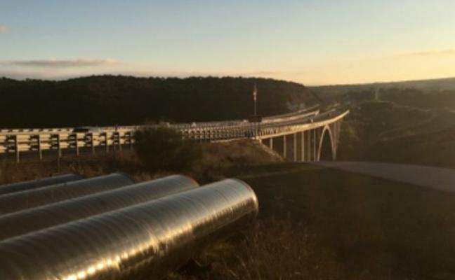 Fomento no autoriza que los tubos del trasvase de Portaje vayan por los puentes de la autovía