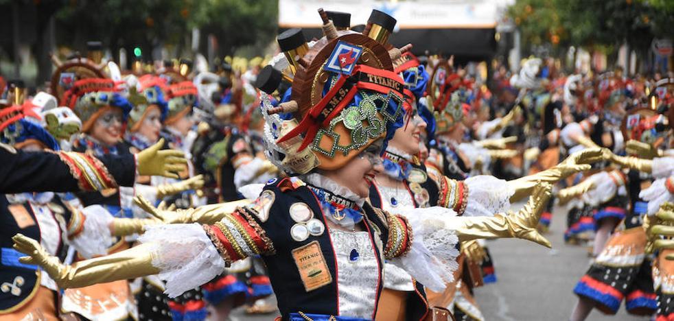 'Los Colegas', de Miajadas, da la sorpresa y gana el desfile de comparsas del Carnaval de Badajoz