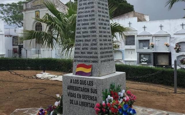 Rompen el azulejo del monolito republicano en La Albuera