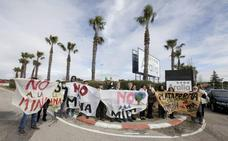 Protesta de la plataforma antes del acto