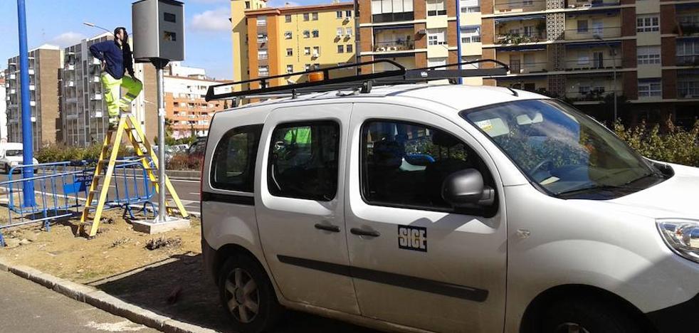 Instalan el nuevo radar en la avenida Antonio Masa Campos de Badajoz