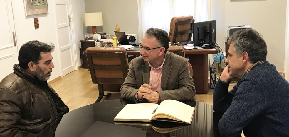 El escritor Víctor del Árbol visita el IES Donoso Cortés