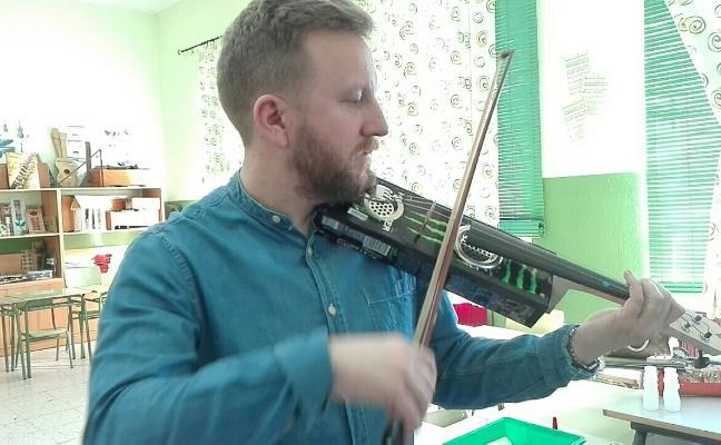 Enseñan a hacer instrumentos con envases de desecho en Almendralejo