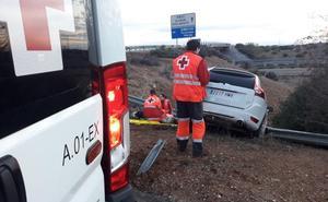 Un hombre de 50 años, herido tras una salida de vía cerca de Almendralejo