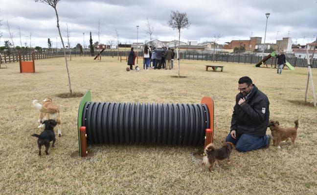 Los usuarios del parque canino de Badajoz piden focos para paliar la falta de iluminación