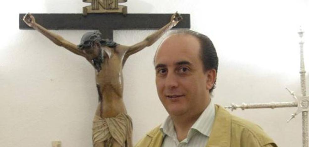 La cofradía de Los Ramos de Cáceres otorga su 'Palma de Honor' al pregonero de la Semana Santa