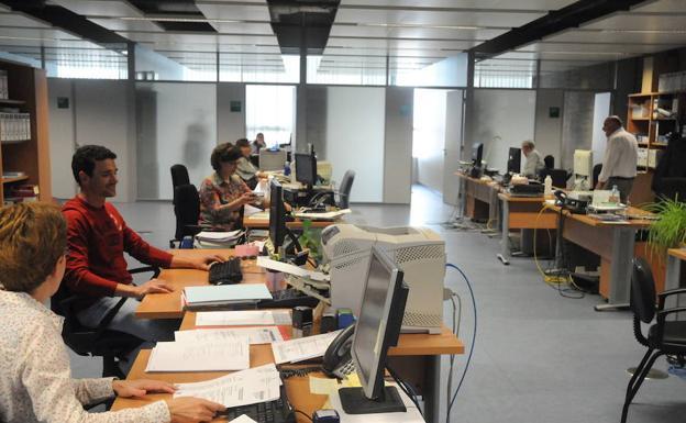 Trabajadores de la Junta en las consejerías del Tercer Milenio en una imagen de archivo. :: /HOY