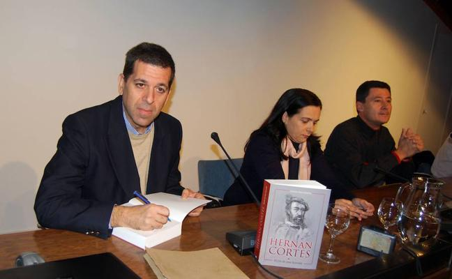Libro con los mitos y leyendas sobre la figura de Hernán Cortés