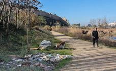 Los caminos del Pico del Guadiana en Badajoz se llenan de escombros y basuras