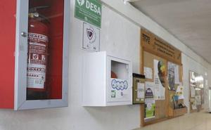 La Junta no instala desfibriladores en colegios con menos de 700 alumnos por «criterios científicos»