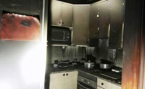Un incendio quema la cocina de una vivienda y un patio en Navalmoral de la Mata