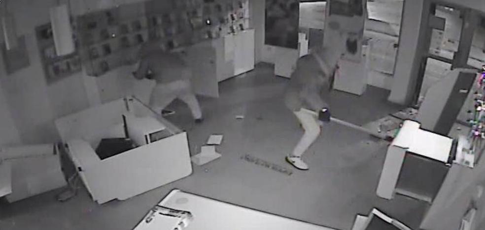 Las cámaras de vigilancia graban el robo de una tienda de telefonía en Miajadas