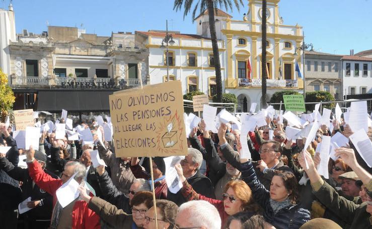 Protesta de jubilados por unas pensiones dignas en Mérida y Almendralejo