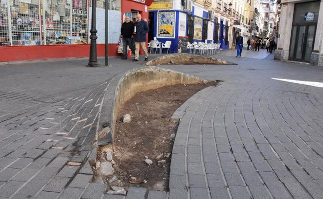 Los vecinos protestan por el mal estado de las jardineras de la Plaza de la Soledad