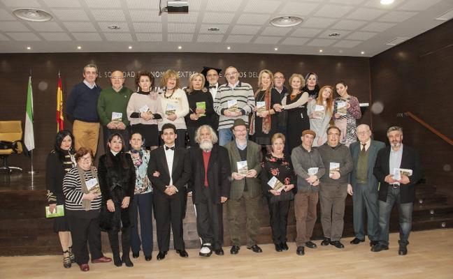 Un grupo de treinta poetas locales recopilan sus obras en un libro conjunto