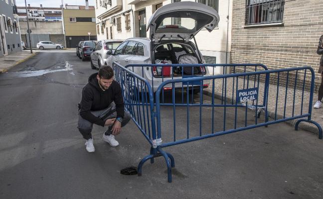Los vecinos de la calle de la Araucaria de Badajoz temen que se hunda la calzada