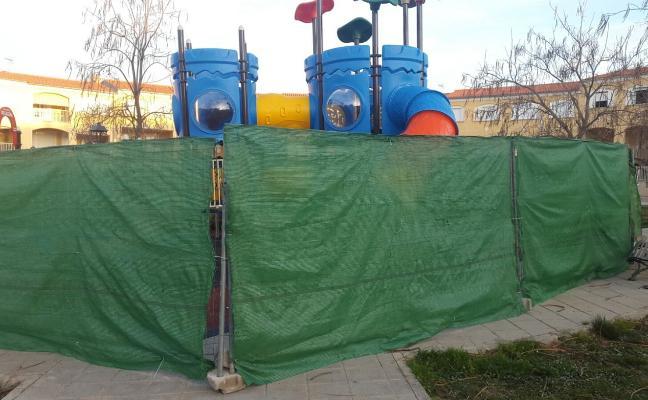 Destrozan el suelo de un parque infantil en Coria, que todavía no había sido estrenado