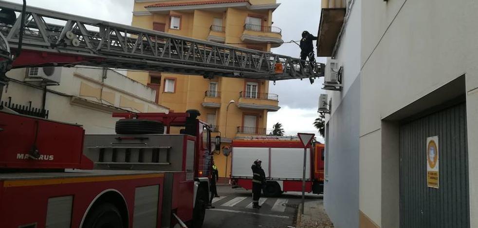 Los bomberos realizan cinco salidas en Almendralejo por el viento