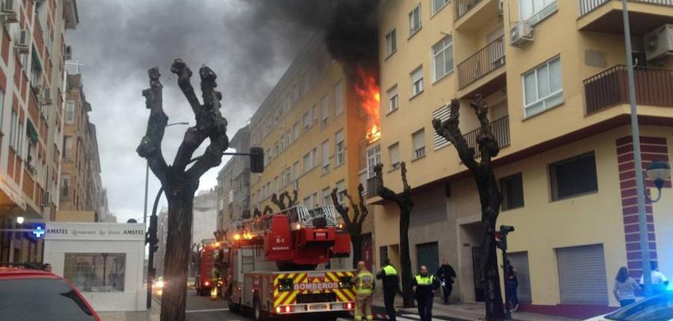 Rescatan a cuatro personas con la autoescala en un incendio en Badajoz