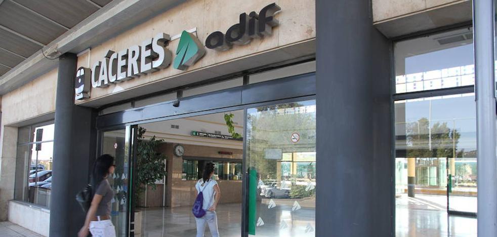 El tren Sevilla - Cáceres no llega a su destino por un desprendimiento