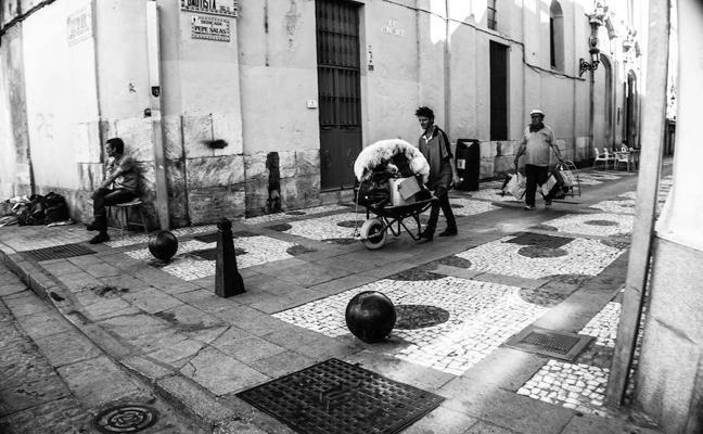 Mai Saki expone sus fotografías callejeras de Badajoz