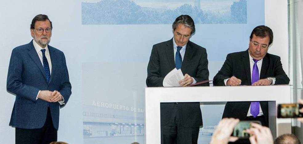 De la Serna y Vara firman la Obligación de Servicio Público de las rutas áreas desde Badajoz