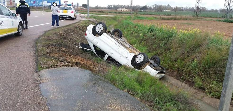 Herido leve tras volcar su coche en Badajoz