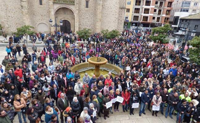 Las mujeres y los pensionistas 'toman' la plaza de España de Navalmoral en la huelga del 8-M
