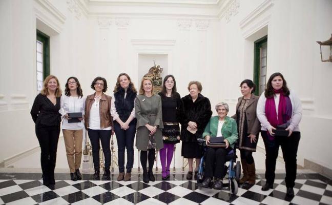 Cáceres reconoce la labor de siete mujeres