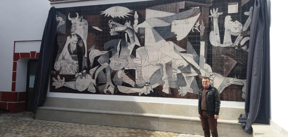 Una réplica del Guernica en azulejería ocupa su espacio en Puebla de Alcocer