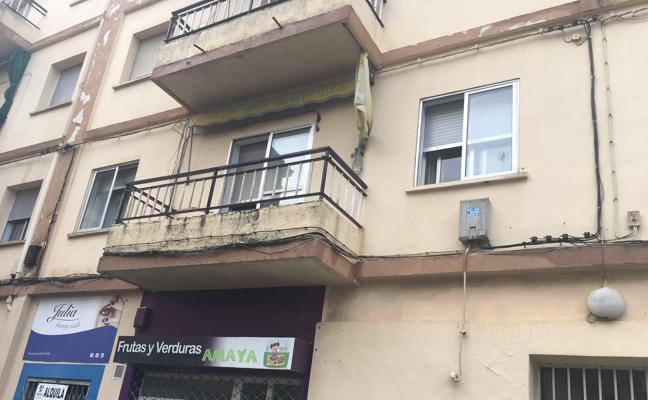 Tres jóvenes atendidos por intoxicación tras un incendio de madrugada en Cáceres
