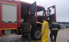 Tres ocupantes de un vehículo rescatados por la crecida de un arroyo en Valdecaballeros