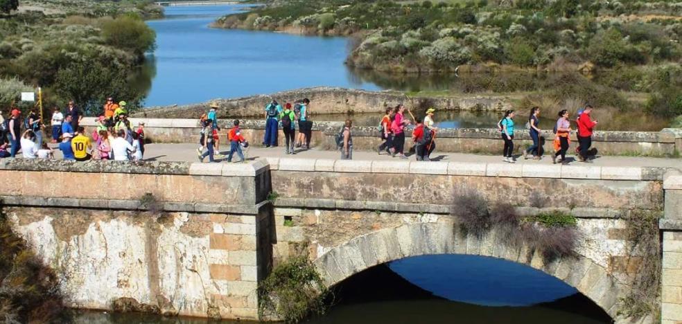 El senderismo une Jaraicejo y Casas de Miravete