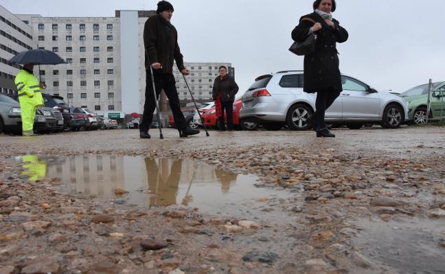 Los usuarios denuncian el mal estado del aparcamiento del Infanta Cristina