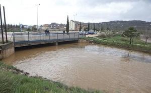La intensa lluvia provoca inundaciones y obliga a actuar a bomberos y Policía Local