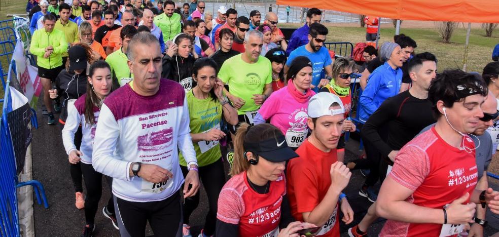 La carrera de la Mujer de Badajoz desafía al viento y la lluvia