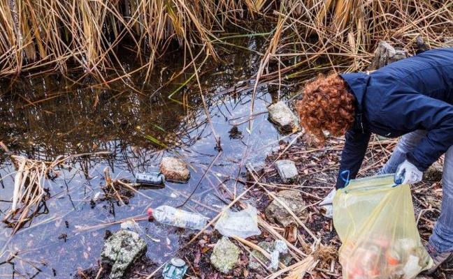 Batidas con voluntarios para analizar la basura que puebla los humedales extremeños