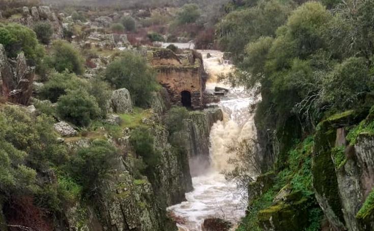 Espectaculares saltos de agua en los Molinos del Cabril de Monroy