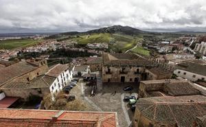 Más de 500 personas visitan la Torre de las Cigüeñas en la semana de su inauguración