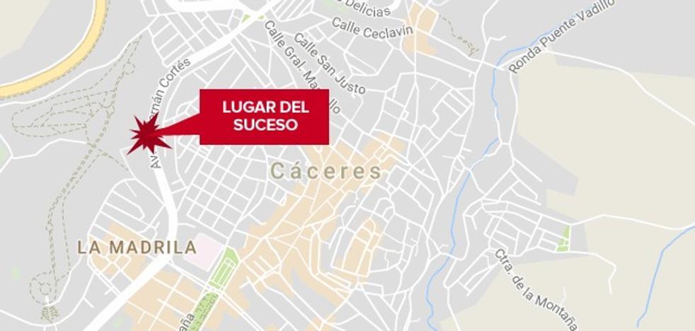 Herido grave un joven de 29 años en una caída de motocicleta en Cáceres